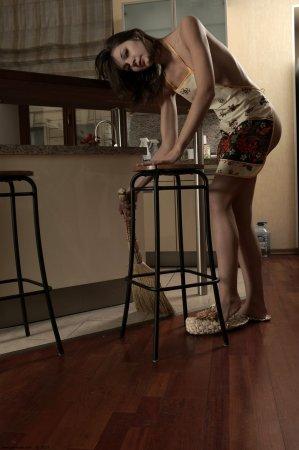 Сексуальная девка обнажается на кухне