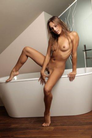 Мокрая сексапильная красотка в ванной