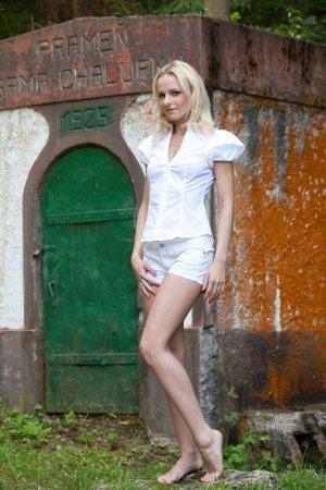 Красивая блондиночка немного шалит