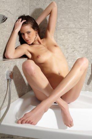 Эротичная сучка в ванной