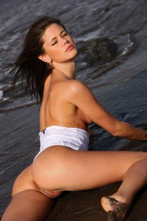 Красивая голая девка в грязи