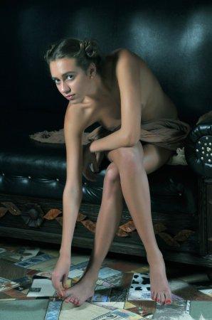 Красивая девочка на кожанном диванчике