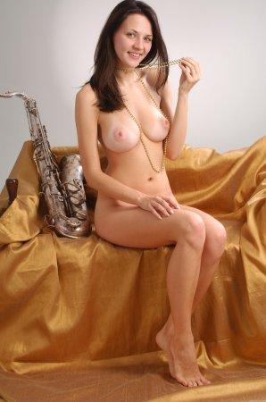 Голая девка с красивыми грудками