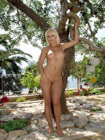 Голая блондинка под каре