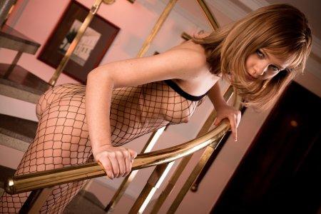 Голая сексуальная крошка на лестнице