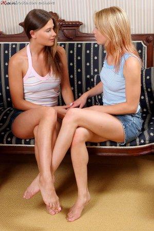 Раздетые лесбиянки на хате шалят