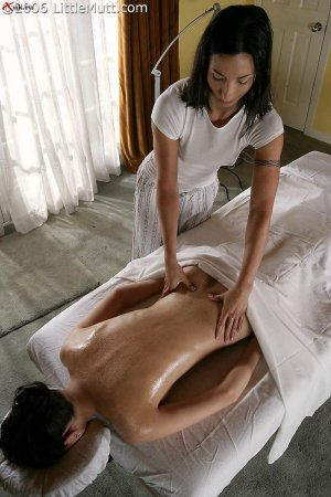 Голые лесбияночки делают массаж