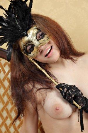Раздевается красотка в маске