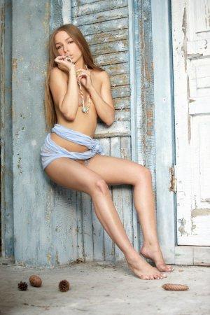 Раздетая эротичная моделька