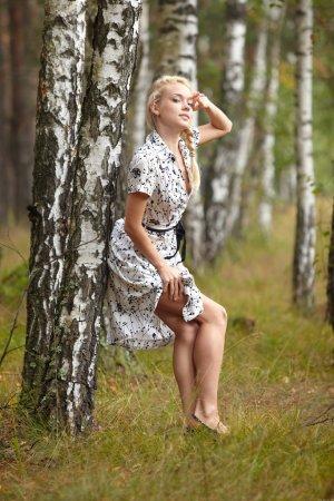 Раздетая киска в лесу