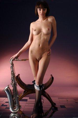 Обнаженная киска с саксофоном