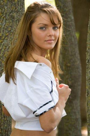 Раздетая школьница в лесу