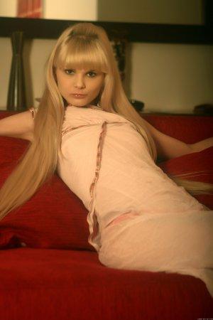 Голая длинноволосая блондинка раздевается