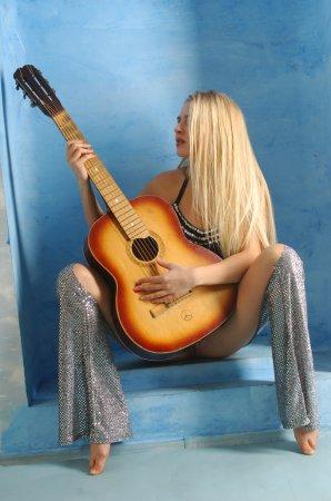 Обнаженная блондинка с гитарой