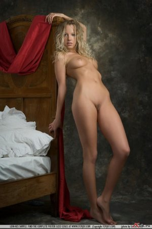 Блондинка оперлась на кроватку