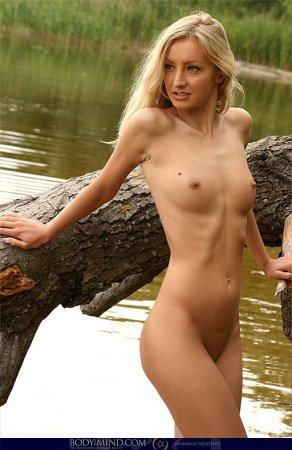 Блондиночка оперлась на бревно