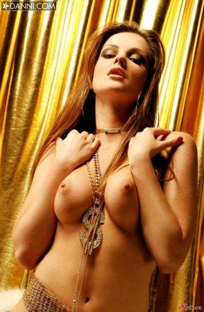 Гламурная деваха показала свои сосочки