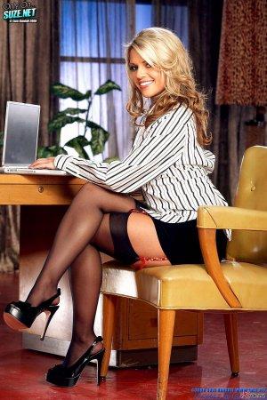 Горячая блондиночка улеглась на стол