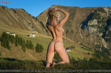 Решила деваха прогуляться в горах
