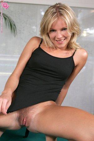 Блондинка сексуально щекочет свои соски