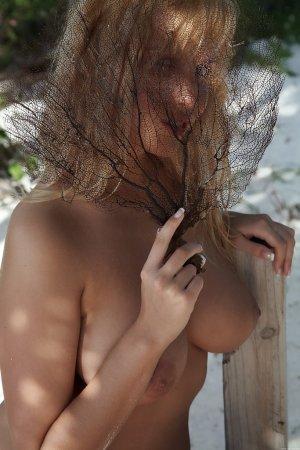 Обнаженные сиськи в тени пальм
