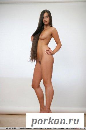 Длинноволосая леди голая богиня