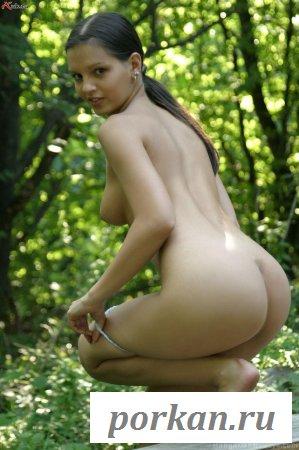 Пигалица с обнаженной задницей