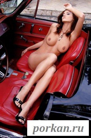Голенькая краля в красном салоне автомобиля