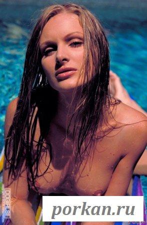 Она купалась с голенькой щелкой