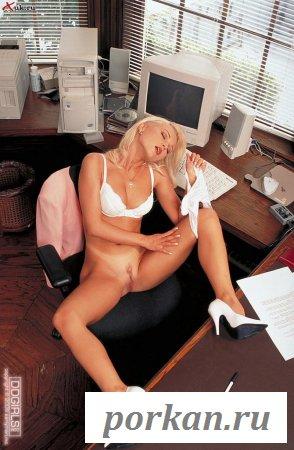 Неуспевающая голая работница в ожидании