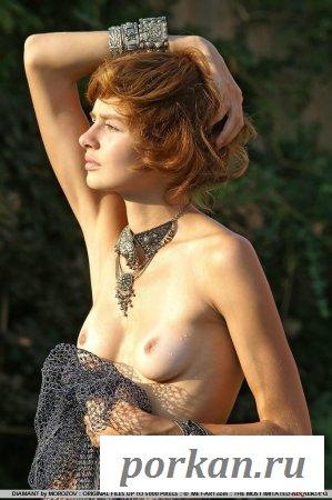 Воспитанная голая девка