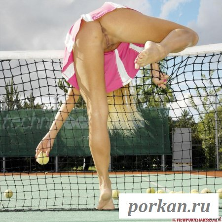 Обнаженная теннисистка на корте