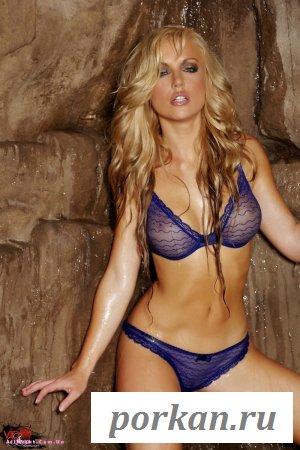 Блондинка в тайной пещере (20 фотографий)