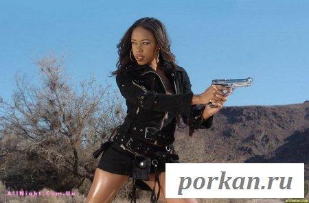 Негритянка с пистолетом (13 фотографий)