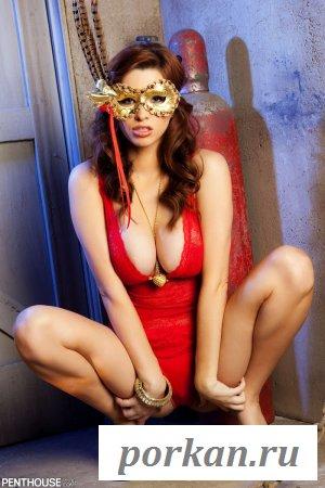 Таинственная голая девушка (13 фотографий)