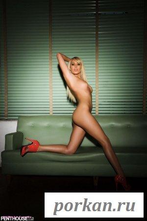 Блондинка голышом на диване (20 фотографий)