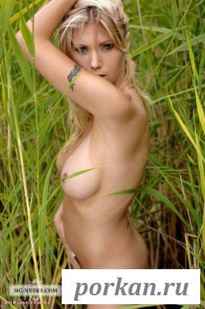 Стеснительная обнажённая сучка (15 фотографий)