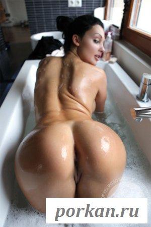 У куколки в ванной обнажённые мокрые прелести
