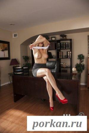 Обнажённая секретарша залезла на стол