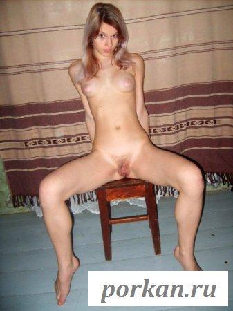 Частное фото худенькой девушки