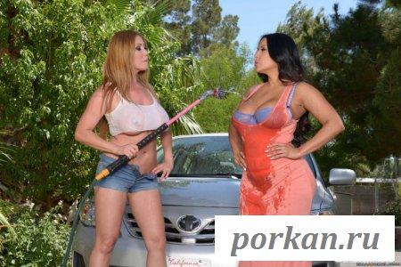 Мокрые девушки чистят автомобиль