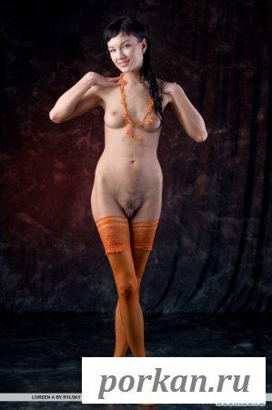 Жёлтый нейлон на ножках красавицы