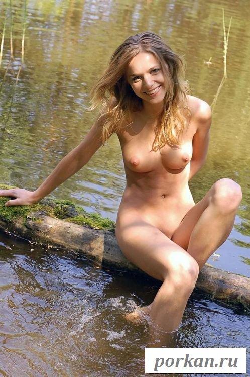 Показывает сладкую киску на речке