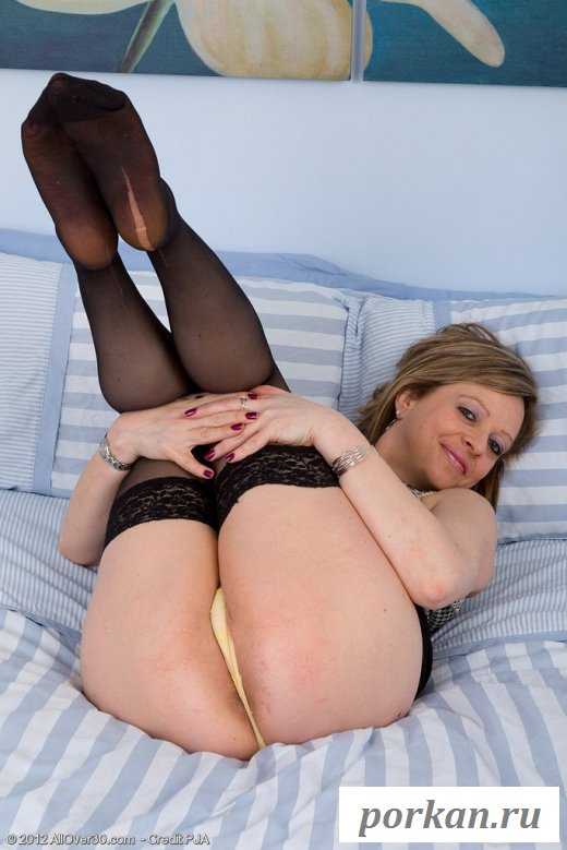 На кровати вульгарно резвится зрелая мадам