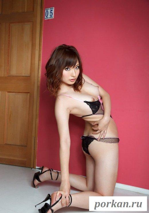 Симпатичная азиатка сексуально позирует в белье