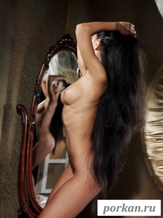 Длинноволосая азиатка позирует на стуле