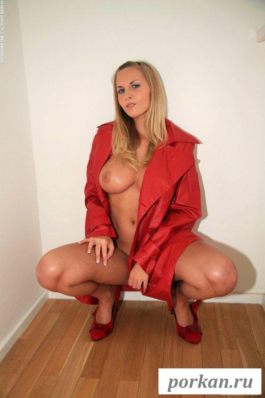 Голая блондинка в красном плаще и туфлях