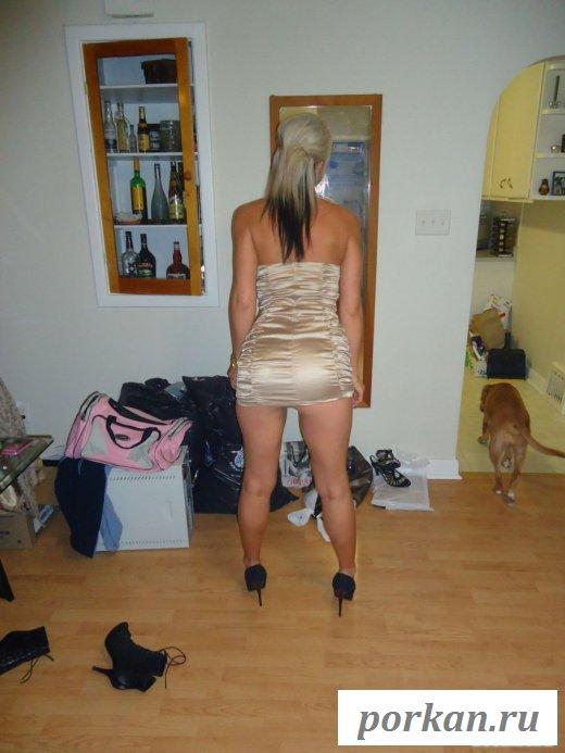 Загорелая девушка ласкает себя в квартире