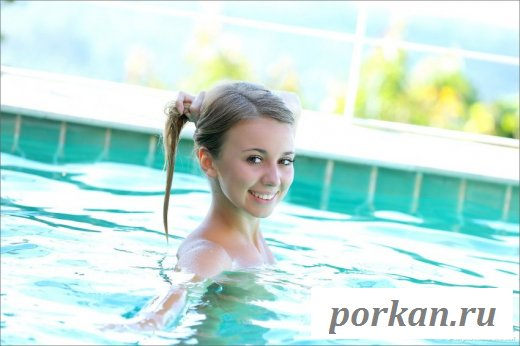 Красотка плескается в бассейне голая