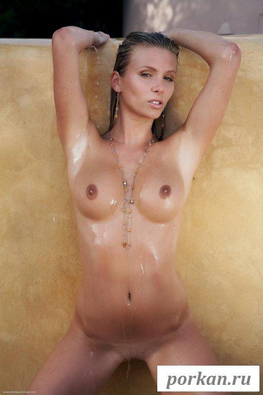Горячая девушка сексуально позирует на золотом фоне